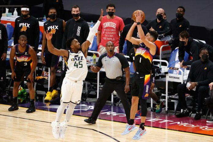 Mitchell e Booker protagonizaram um duelo sensacional, e o craque dos Suns saiu com a vitória