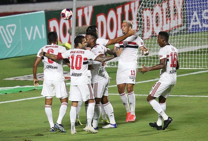 Jogadores do São Paulo comemoram gol contra o Bragantino