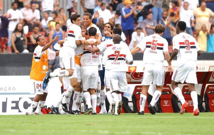 Jogadores do São Paulo comemoram gol contra o Corinthians, no Paulista de 2005
