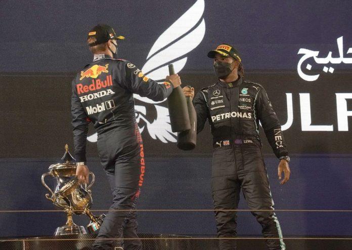 Lewis Hamilton e Max Verstappen no pódio do GP do Bahrein de 2021 — Foto: Hasan Bratic/picture alliance via Getty Images