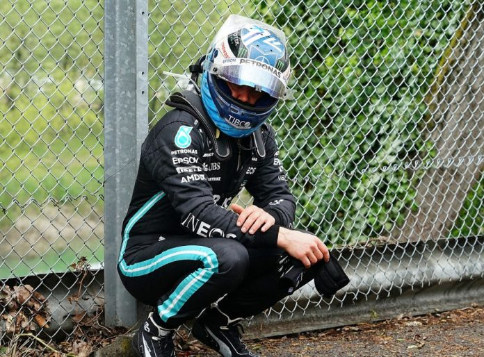 Valtteri Bottas, da Mercedes, após batida com George Russell que o tirou da disputa do GP da Emilia-Romagna — Foto: Hasan Bratic/picture alliance via Getty Images