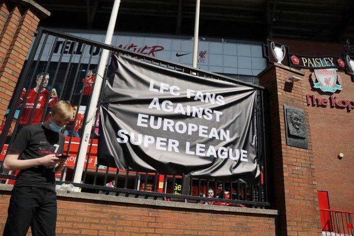Torcedores do Liverpool se colocaram contra a superliga europeia — Foto: Reuters