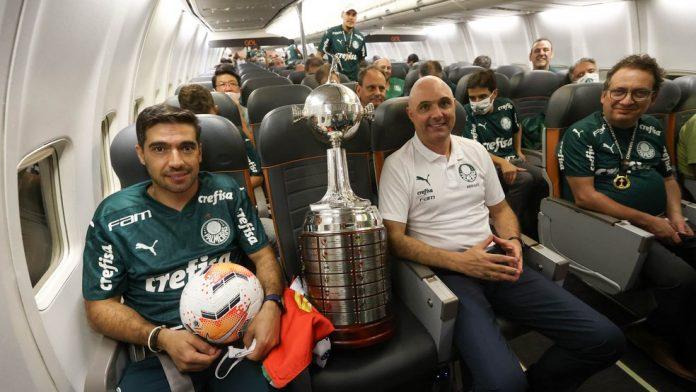 Abel Ferreira e Maurício Galiotte com a taça da Libertadores de 2020 — Foto: Cesar Greco / Ag. Palmeiras