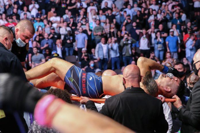 Chris Weidman deixa o octógono de maca diante do público no UFC 261 — Foto: Getty Images