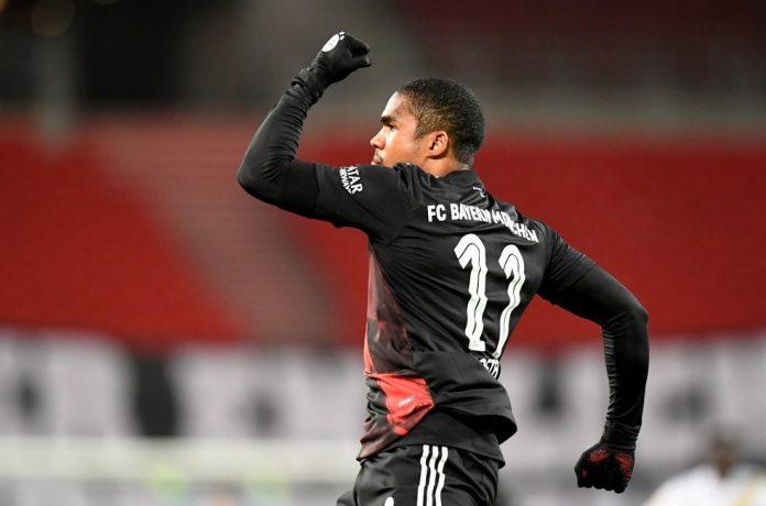 Douglas Costa comemora gol do Bayern de Munique — Foto: REUTERS/Thomas Kienzle