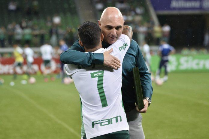 Dudu recebe abraço do presidente do Palmeiras, Mauricio Galiotte