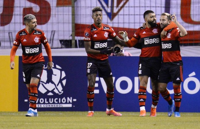 Jogadores comemoram o primeiro gol em Quito
