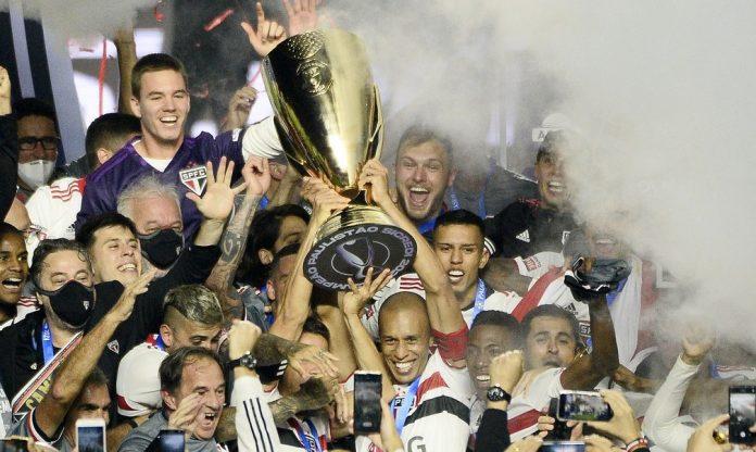 Miranda levanta o troféu de campeão paulista pelo São Paulo