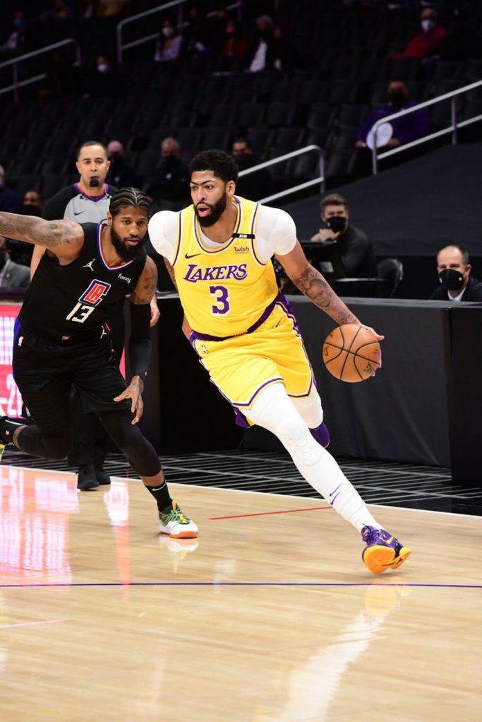 Anthony Davis no jogo entre Lakers e Clippers