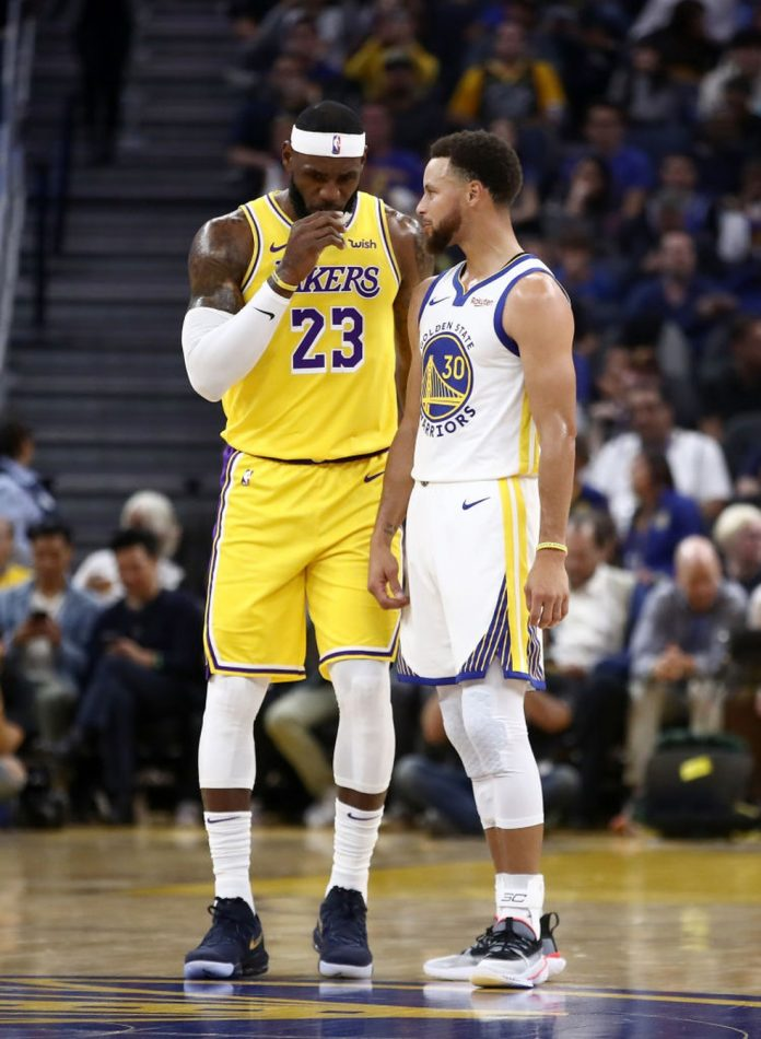 LeBron e Curry conversam em quadra durante partida