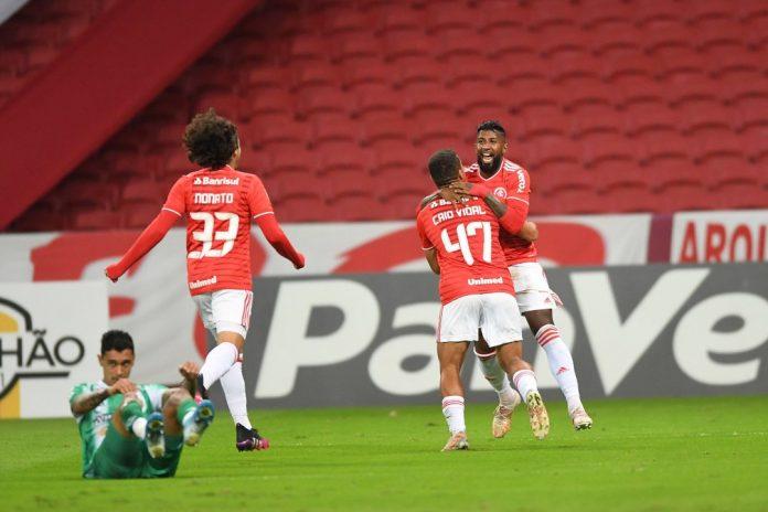 Rodinei é abraçado por Caio Vidal após marcar contra o Juventude