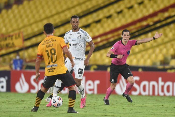 Lucas Braga conduz a bola diante do Barcelona, no Equador