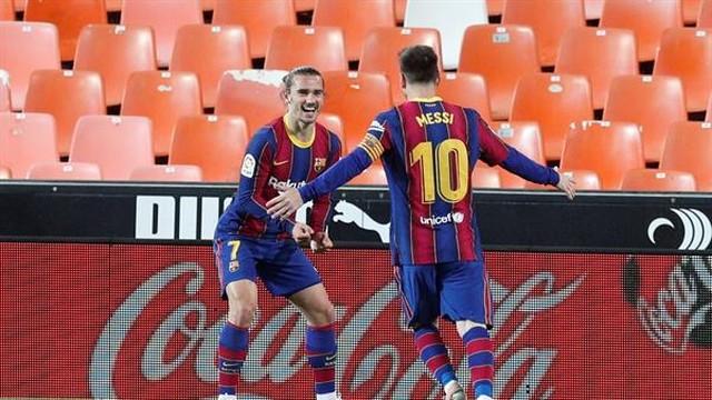 Messi e Griezmann comemoram o gol do francês, o segundo do Barça na vitória por 3 a 2 contra o Valencia (Foto: Kai Försterling/EFE)