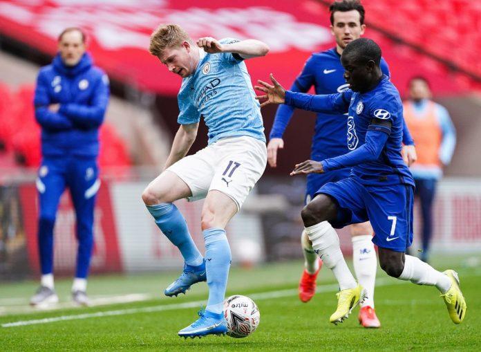 De Bruyne e Kanté disputam a bola no último jogo entre City e Chelsea, que levou a melhor na FA Cup — Foto: Getty Images