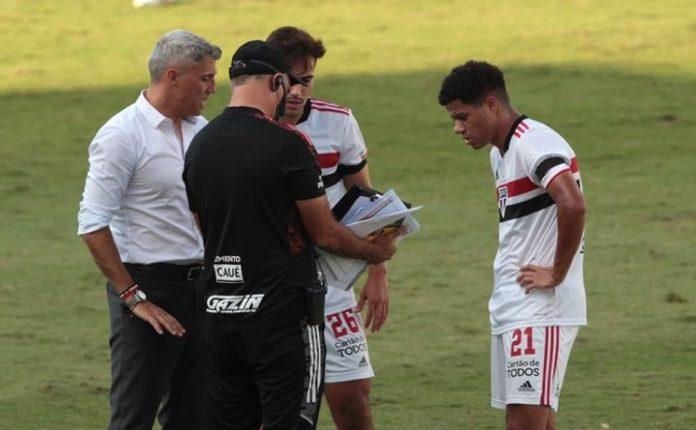 Crespo, técnico do São Paulo, passa instruções para Igor Gomes e Gabriel Sara — Foto: Rubens Chiri