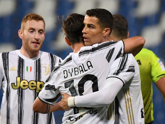 Dybala e Cristiano Ronaldo comemoram gol da Juventus; ambos chegaram à marca de 100 gols — Foto: REUTERS