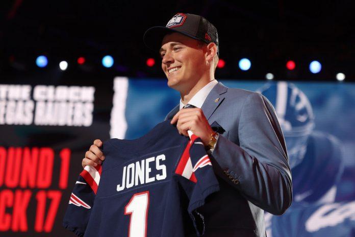 Mac Jones com a camisa do New England Patriots — Foto: Gregory Shamus/Getty Images
