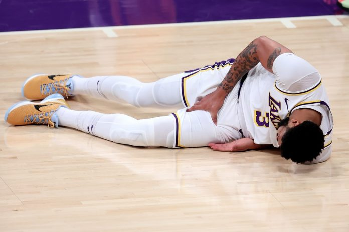 Anthony Davis sente lesão, Los Angeles Lakers x Phoenix Suns, NBA — Foto: Sean M. Haffey/Getty Images