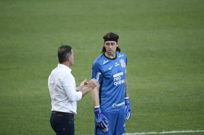 Vagner Mancini conversa com Cássio em Corinthians x Inter de Limeira — Foto: Marcos Ribolli