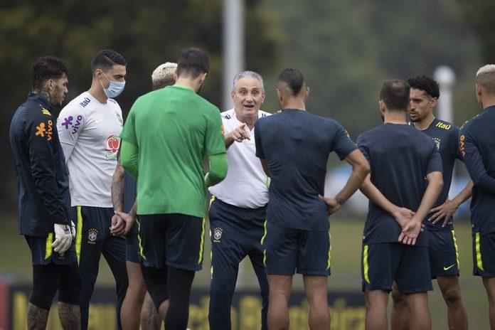 Tite orienta jogadores da seleção brasileira durante treino — Foto: Lucas Figueiredo / CBF