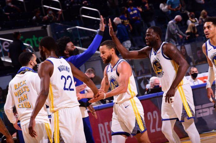 Jogadores dos Warriors comemoram durante jogo contra os Grizzlies — Foto: Noah Graham/NBAE via Getty Images