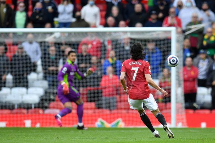 Cavani chuta da intermediária e abre o placar para o Manchester United com um golaço — Foto: PAUL ELLIS / AFP