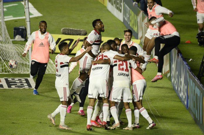 Jogadores do São Paulo comemoram gol contra o Mirassol — Foto: Marcos Ribolli